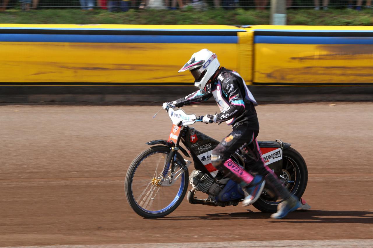 Az ausztrál Josh Pickering futva betolja a motorját a célba - mivel a négyből egy ellenfele kiesett, hiába a műszaki hiba, ha segítség nélkül beér, akkor jár neki a harmadik helyért járó 1 pont