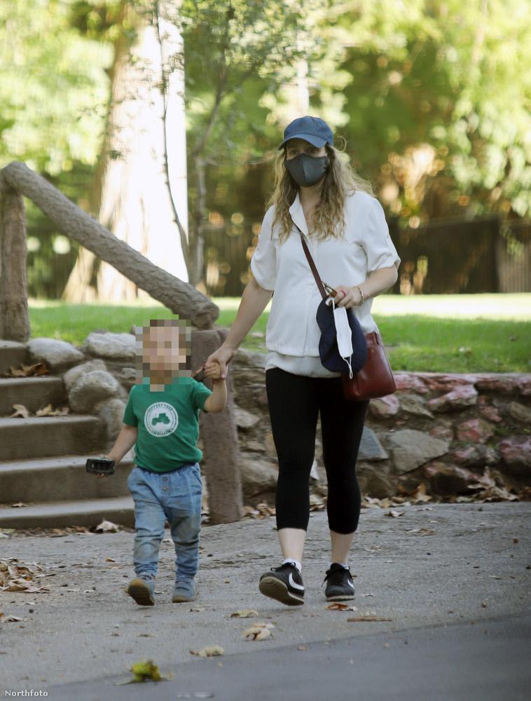 Rachel McAdams ugyan ritkábban van hasmutogatós kedvében, de a szoros nadrágról azért ő sem mond le, amikor kisfiával sétálgat.