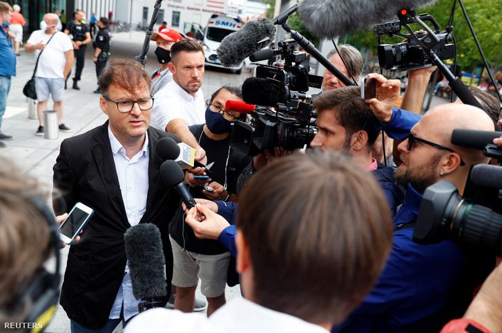 Jaka Bizilj beszél a Charite Mitte kórház előtt, ahol Alexej Navalnijt ápolják Berlinben 2020. augusztus 22-én