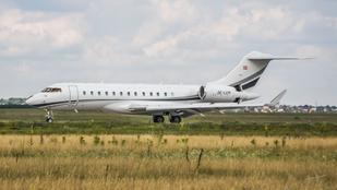 Bár Orbán Viktor sem ajánlotta, ősszel is ide-oda repkedtek a NER kedvenc magánrepülőgépével