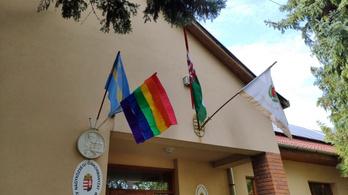 A Momentum szivárványos zászlót tűzött ki Ásotthalmon, Toroczkai feljelentést tesz