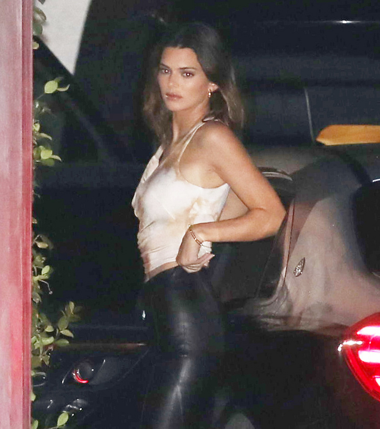 A meghívottak között volt Kendall Jenner is, ami azért érdekes, mert őt és Biebert 2014 és 2015 között úgy hírlett, hogy kavartak egymással, bár a modell ezt tagadta