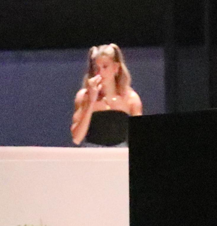 Ahogyan például itt a kislánynak öltözött Hailey Bieber.