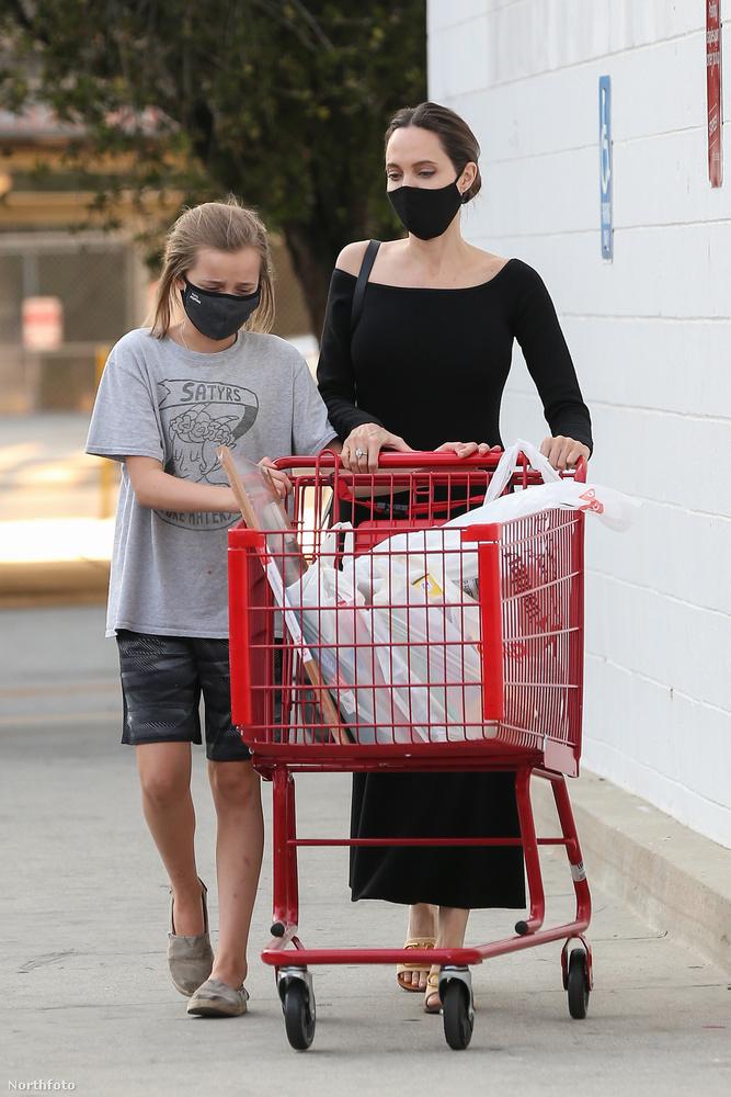 Bármennyire is elmerült a gyerekei felügyeleti  jogáért vívott harcában Angelina Jolie, neki is muszáj bevásárolnia az iskolakezdésre