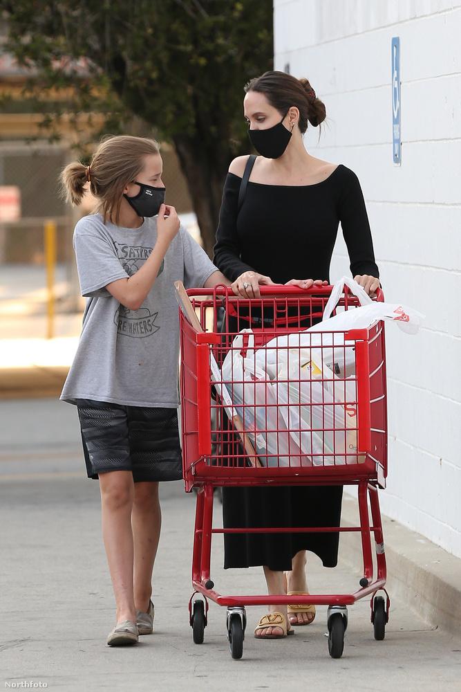 Úgy tűnik, Jolie gyermekei közül legjobban Vivienne-nel szeret shoppingolni, legalábbis vele látták a paparazzók a legutóbb is