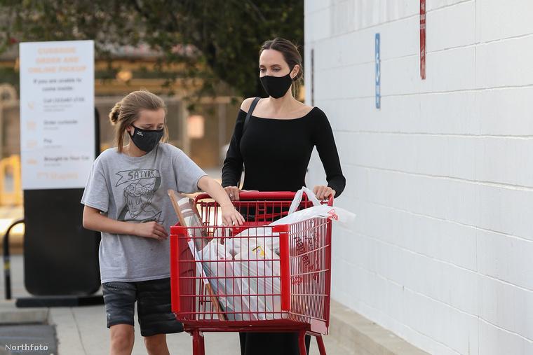 Bármivel is matatott Vivienne Jolie-Pitt, annyira nem volt érdekes, hogy feltartsa a bevásárlókocsit toló anyját