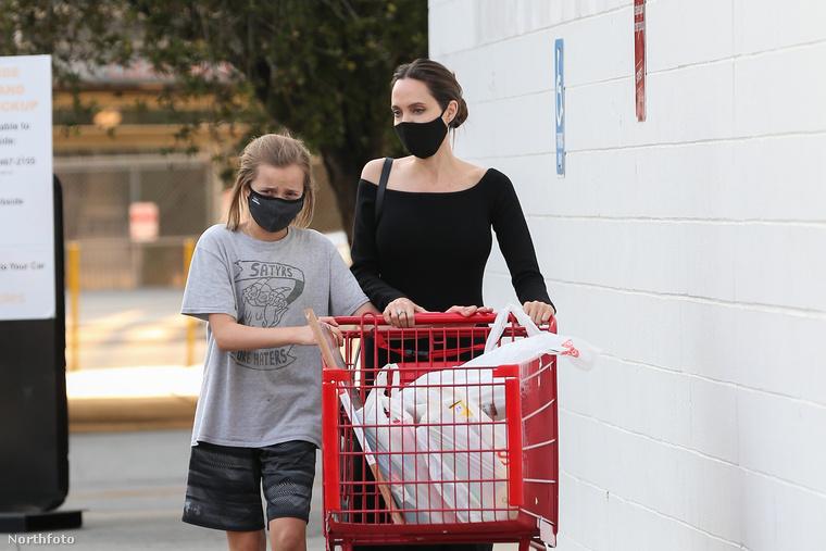 A színésznő és 12 éves lánya is maszkot viselve tolták a tanszerekkel megpakolt bevásárlókocsit, ám Vivienne türelmetlen volt, ő már azelőtt újra meg akarta csodálni a megvásárolt termékeket, mielőtt bepakolhattak volna a kocsijukba.