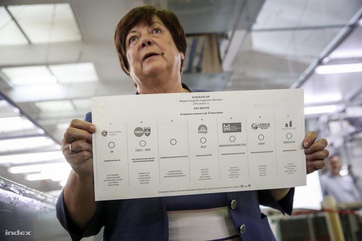 Pálffy Ilona, a Nemzeti Választási Iroda elnöke a Vas megyei szavazólap mintáját mutatja az október 13-ai önkormányzati és nemzetiségi választás szavazólapjainak gyártásáról tartott sajtótájékoztatón az ANY Biztonsági Nyomda Nyrt. budapesti nyomdájában 2019. szeptember 23-án.