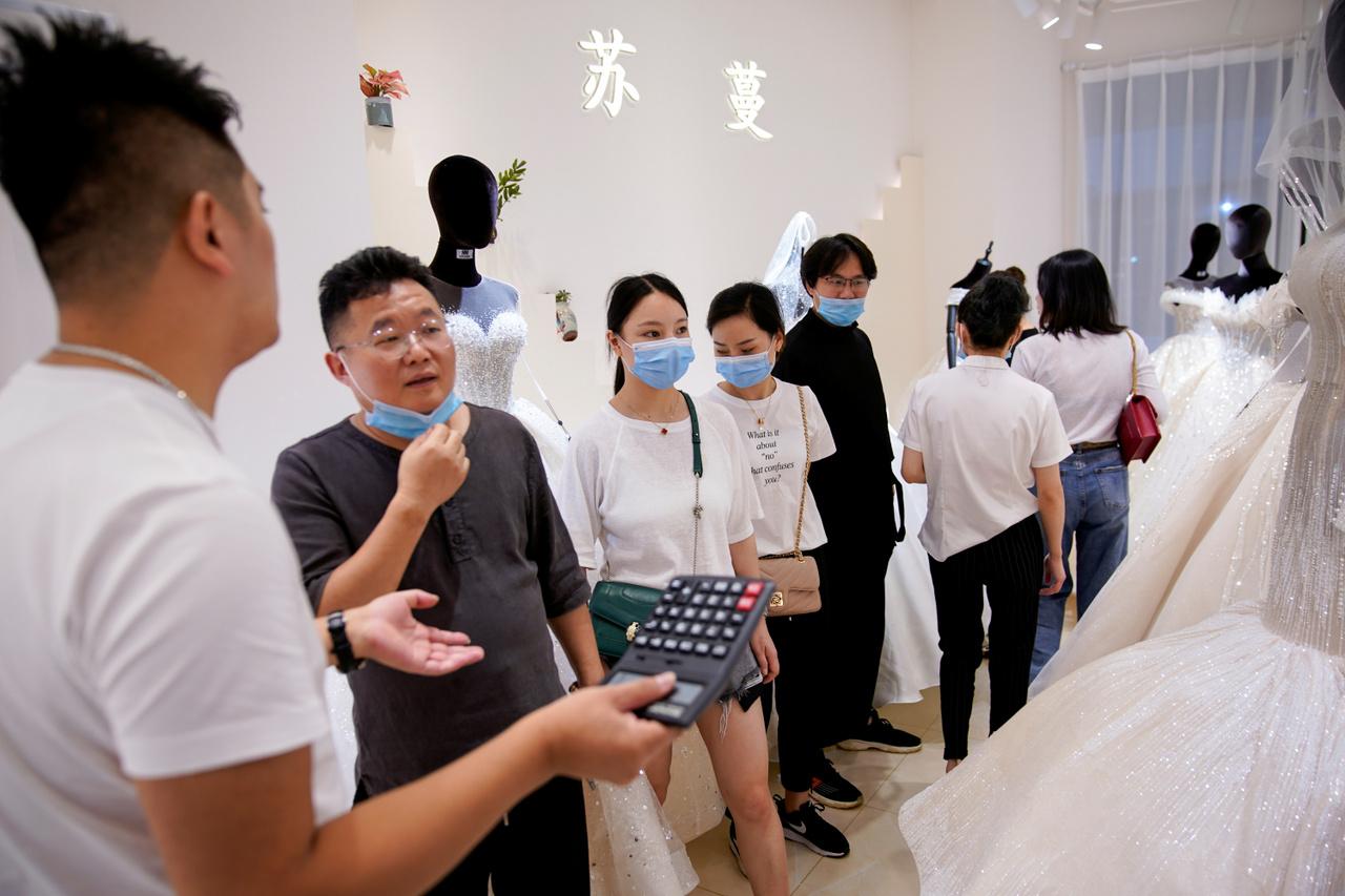 A járvány miatt maszkos viselő kereskedők gyülekeznek egy szalonban.