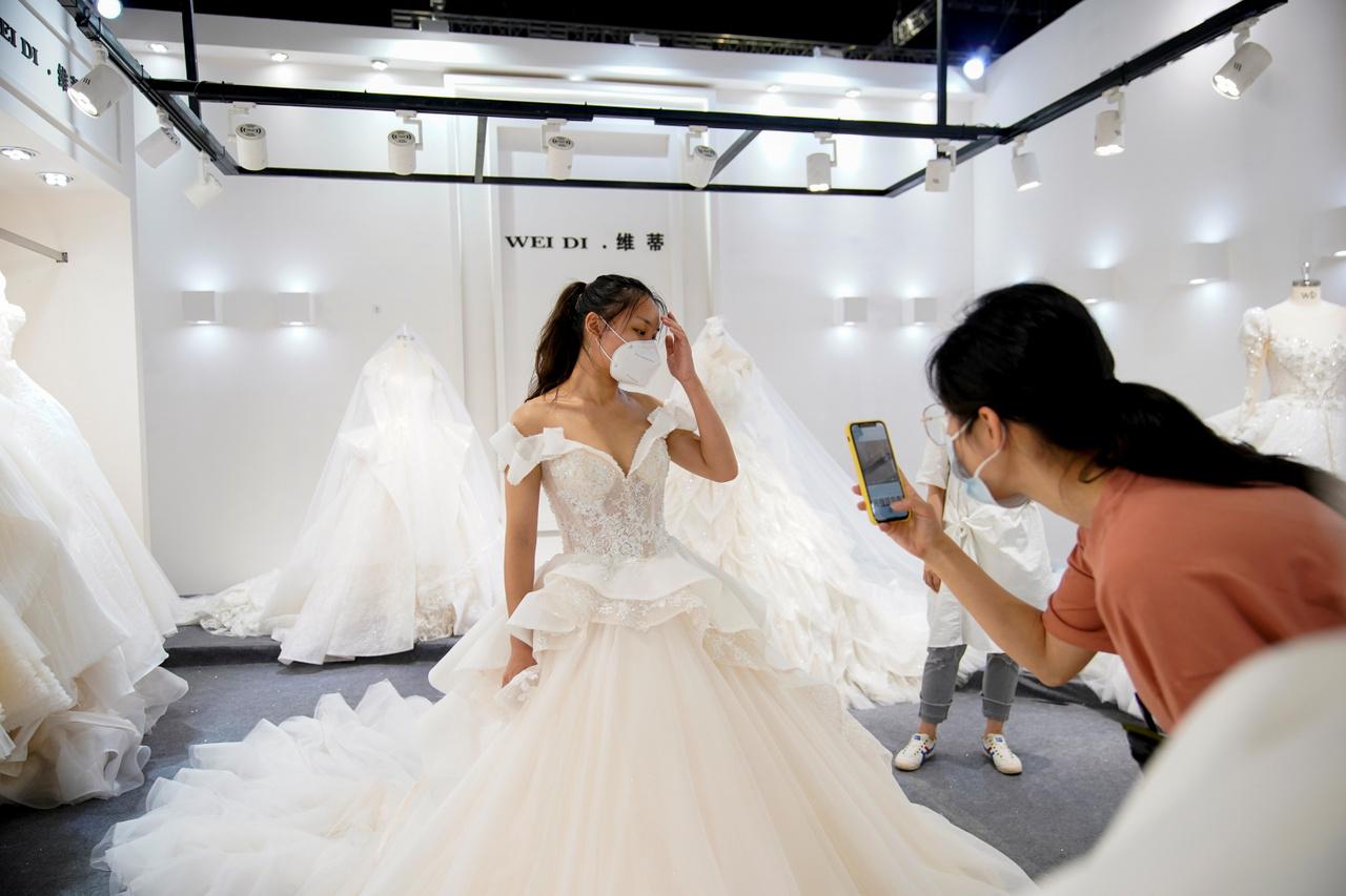 Éppen egy modellt fotóznak a 2020-as Kínai Esküvővásár egyik standjánál.