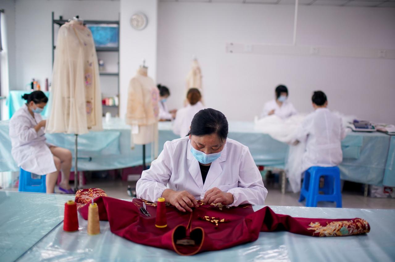 A ruhakölcsönzés is elég nagy biznisz Kínában, aminek az egyik oka az, hogy a nagy napon több alkalommal is átöltöznek, ráadásul nálunk hagyománya annak, hogy generációról generációra örökítik a ruhákat.