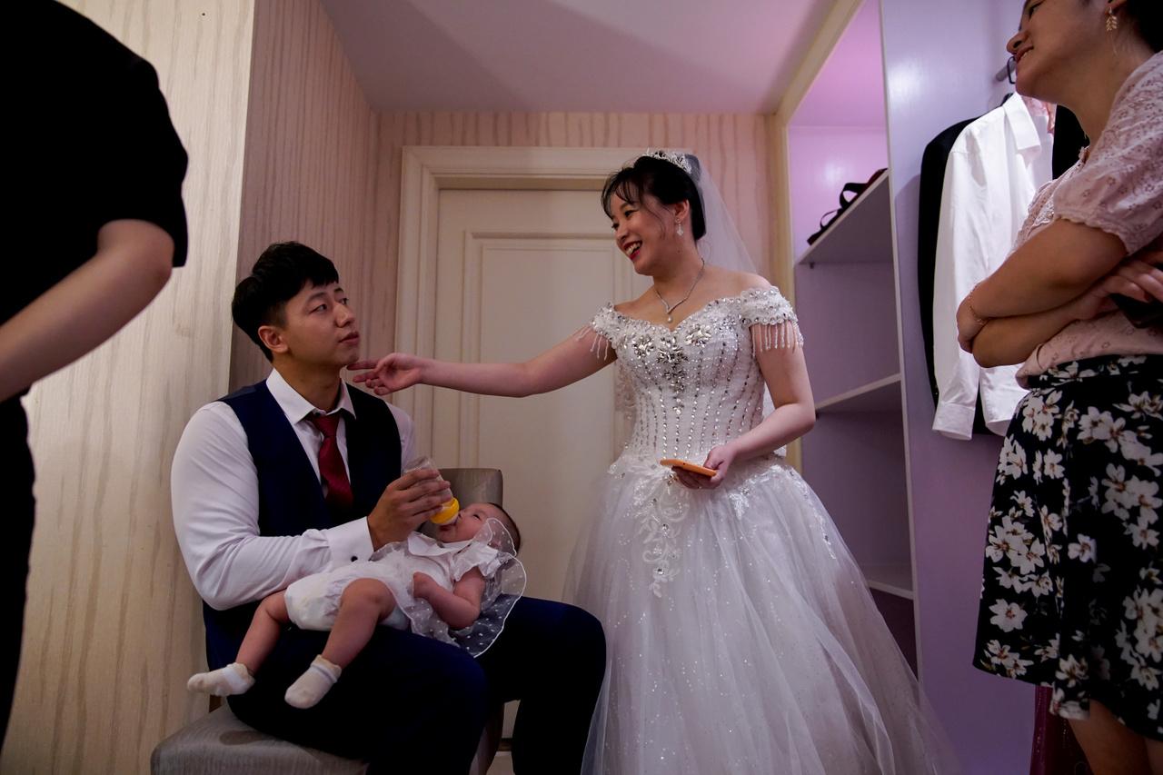 Miközben a pár arra várt, hogy újra kitűzhessék az esküvőjük időpontját, megszületett a lányuk.
