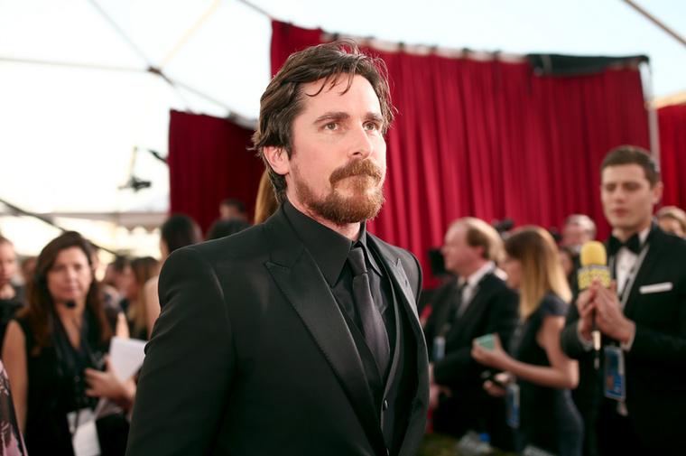 Christian BaleEgyes beszámolók szerint a testét állandóan megváltoztató színész sem kíméli a rajongóit, még a gyerekeket sem