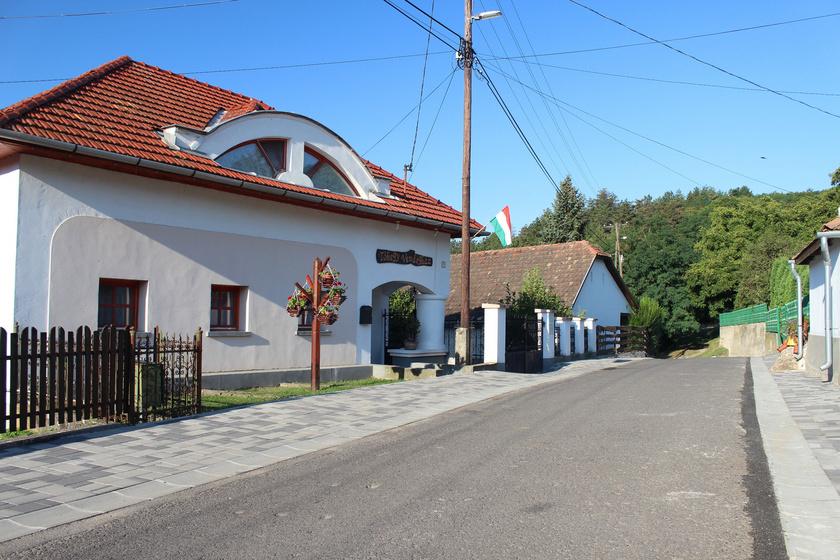 A Borsod-Abaúj-Zemplén megyei Arka piciny faluját alig lakják ötvenen, mégis vendégházakkal várják az erre utazókat. Ennek egyik oka a falusi turizmus fellendülése, a másik, hogy a településen keresztülhalad az Országos Kéktúra.