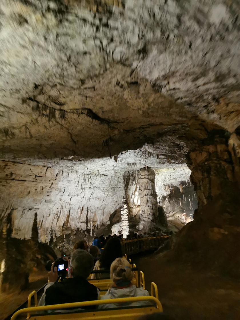 A világon csak a postojnai cseppkőbarlangban van kisvasút.