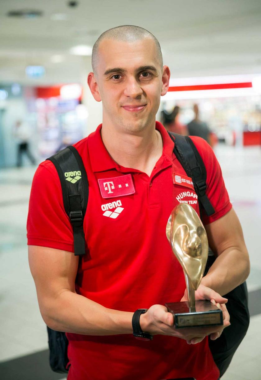 A két aranyérmet szerző Cseh László 2016 májusában a Liszt Ferenc repülőtéren, miután hazaérkezett a magyar úszóválogatott a londoni úszó-, műugró- és szinkronúszó-Európa-bajnokságról. Tíz aranyérmet szereztek, ez minden idők legjobb magyar eredménye.