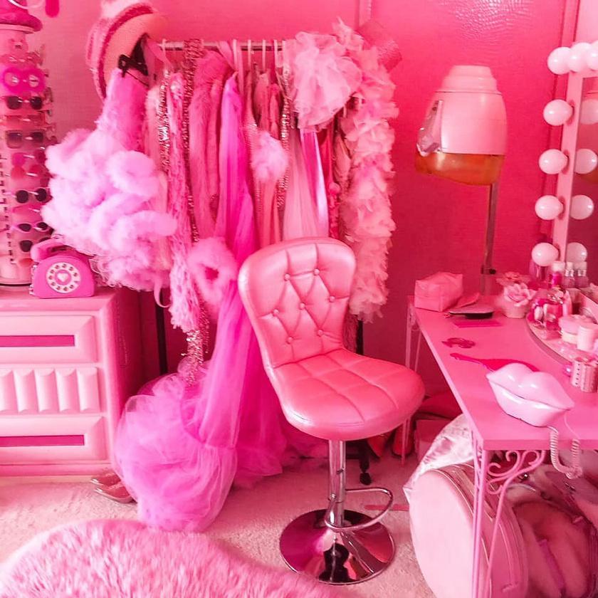 Az 56 éves nő egyik kedvenc része a házban: itt készülődik, és veszi fel az aznapi, rózsaszín szettjét.