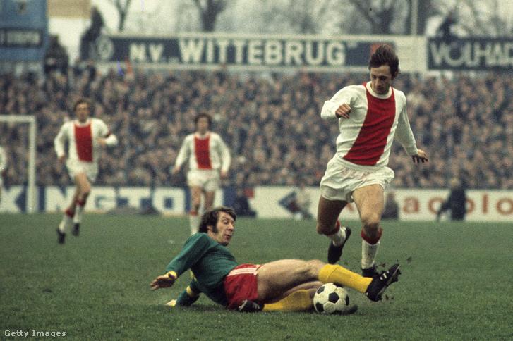 Aad Mansveld és Johan Cruyff az FC Den Haag és az Ajax Amszterdam mérkőzésen, 1972. január 2-án, Hollandiában