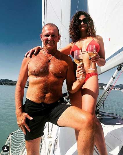 Almafröccsözés a fedélzeten: Győrfi Pál és gyönyörű felesége az augusztus 20-i hosszú hétvégét a Balatonnál töltötte.