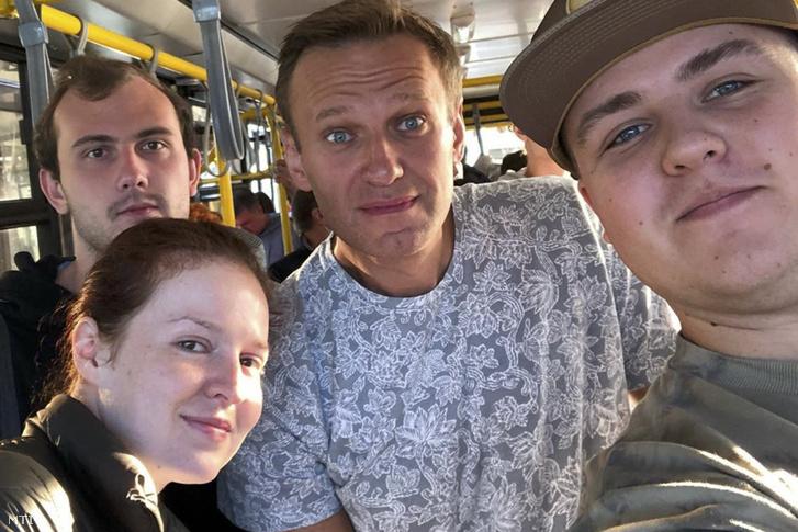 Alekszej Navalnij és sajtótitkára Kira Jarmis (b) a szibériai Tomszk repülőterén 2020. augusztus 20-án.