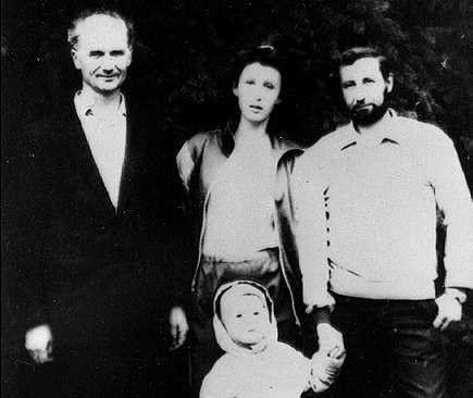 Andrej Csikatilo, mellette lánya, Ljudmila kislányával és férjével.