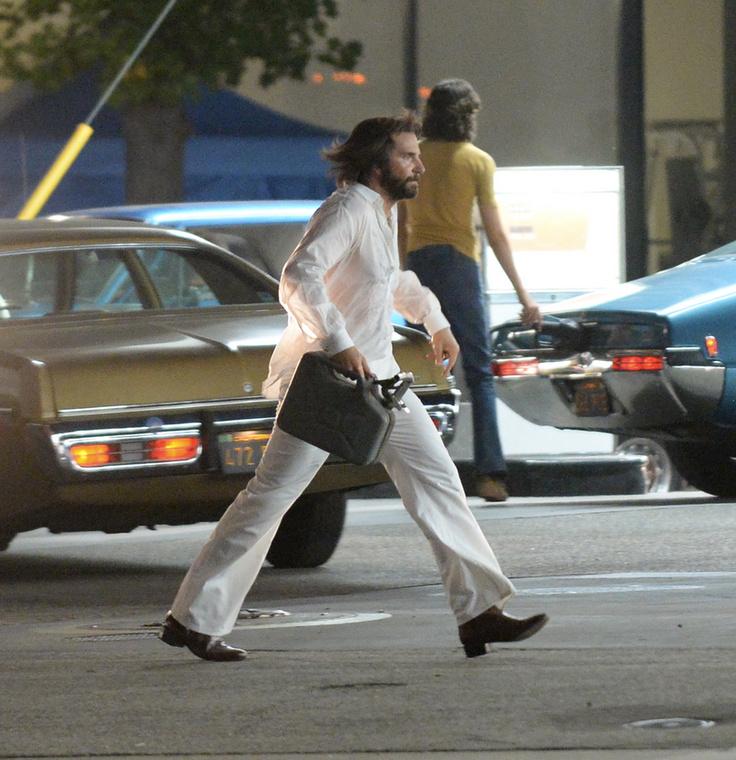 A paprazzók által elkapott filmjelenet egy benzinkútnál játszódik, ahol '70-es évekbeli autók között járkált Cooper céltudatosan, kezében egy benzintartállyal