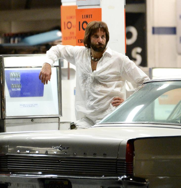 A '70-es évek ízlésére szerint alakították át Bradley Cooper külsejét legújabb filmes projektje miatt, aminek részleteit egyelőre balladai homály fedi