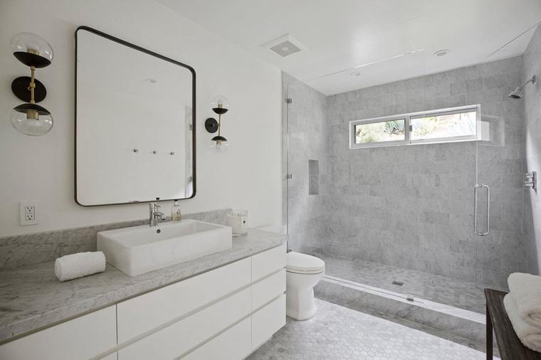 Hasonló a helyzet a fürdőszobákkal is, amikből azért hatot is csináltak a biztonság kedvéért.