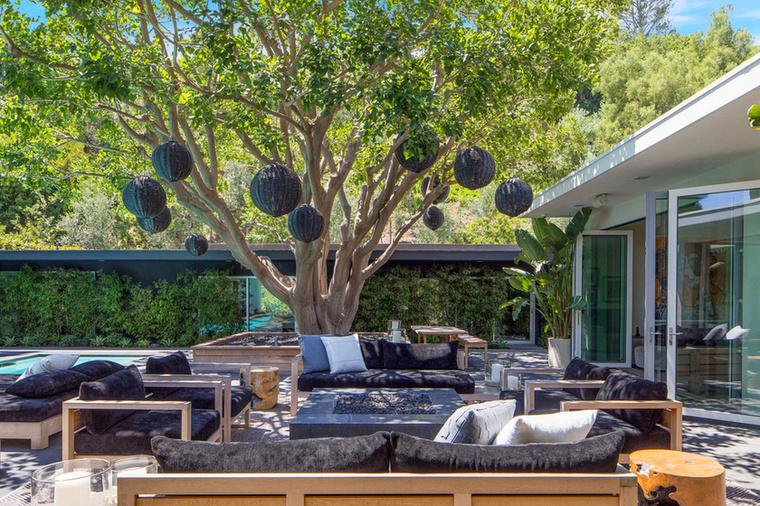 A kertben és a medence körül leginkább a fehér elemek kerültek előtérbe, a Crawford-Gerber család azonban jobban szimpatizált a sötét bútorokkal.
