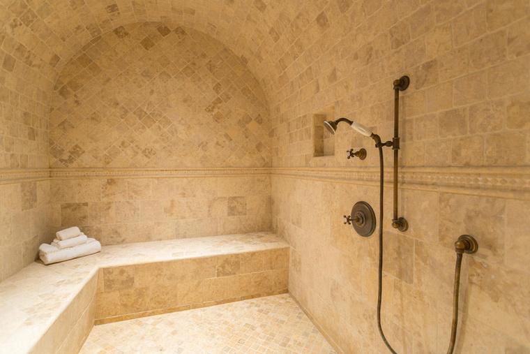 Ebben a hatalmas mediterrán fürdőben pedig le is tusolhatnak utána.