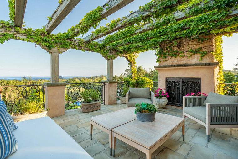 Akár egy spanyolországi kávézó is lehetne a helyszín, de nem, ez Markle-ék egyik terasza.
