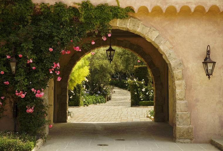 A kertben ilyen boltívek alatt haladhatnak majd el kora este sétájuk során azok...