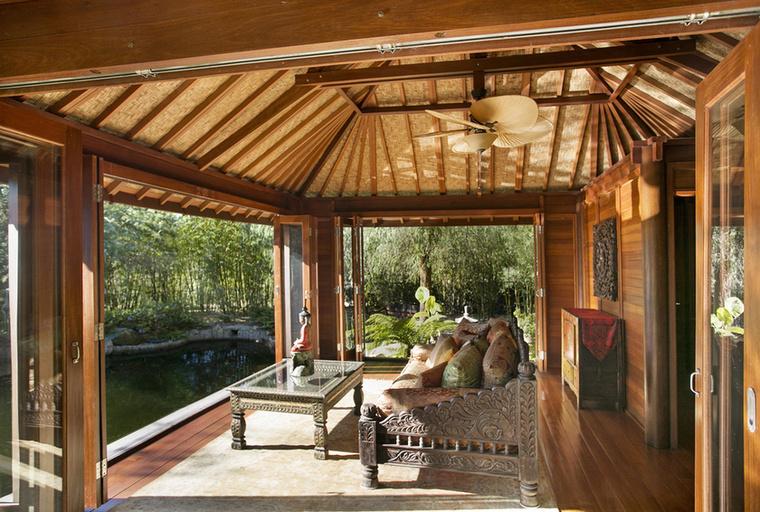 De az otthonhoz tartozik egy kedves is tavacska is, csak a tökéletesen vadregényes hangulat kedvéért.