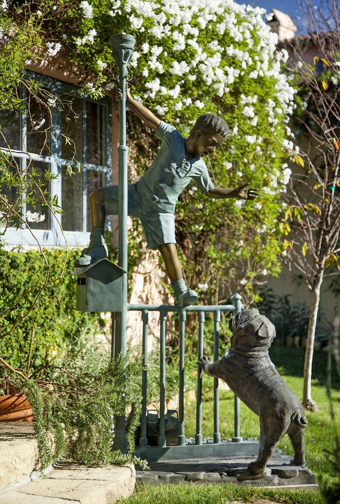 A kertben még szobrok is állnak az ott lakók szórakoztatása érdekében.
