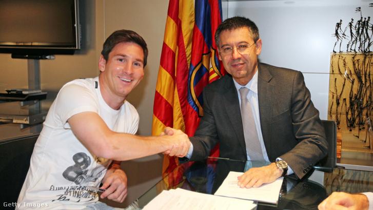 Lionel Messi és Josep Maria Bartomeu az új szerződés aláírásakor 2014. május 19-én Barcelonában