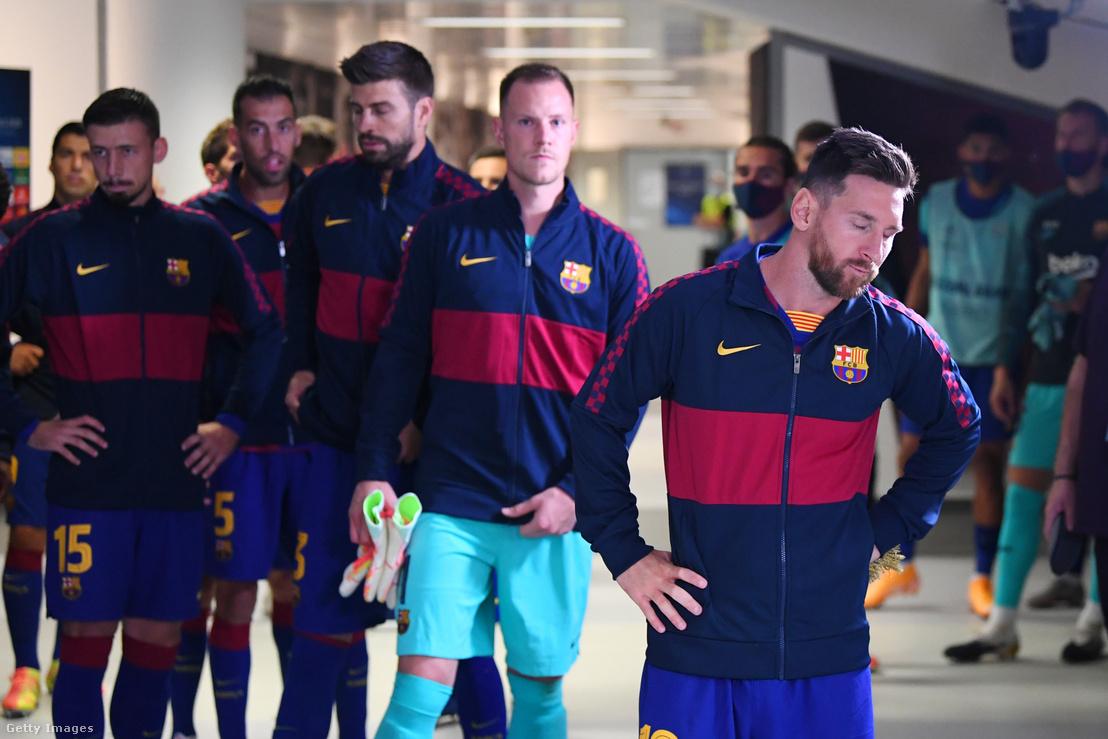 Messi és csapattársai várakoznak a Bayern München elleni mérkőzés előtt Liszabonban 2020. augusztus 14-én