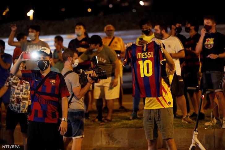 Az FC Barcelona spanyol labdarúgócsapat szurkolói a klubelnök Josep Maria Bartomeu lemondását követelik a barcelonai Camp Nou Stadion előtt 2020. augusztus 25-én, miután a csapat argentin csillaga, Lionel Messi bejelentette távozási szándékát.