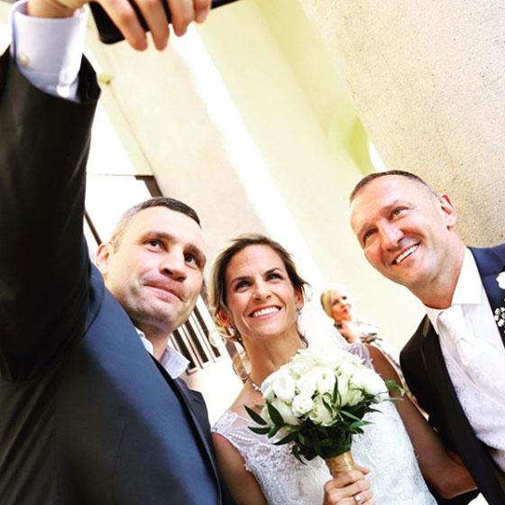 Az esküvőjükön készítették ezt a szelfit Vitali Klitschkóval.
