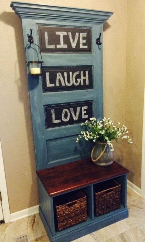 Egy kis kreativitással a régi ajtóból akár akasztó is válhat az előszobába, csak egy kis festékre, fúrásra és néhány méretre vágott falapra van szükség.