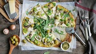 Pizza rukkolapestóval, marinált articsókával és friss paradicsommal