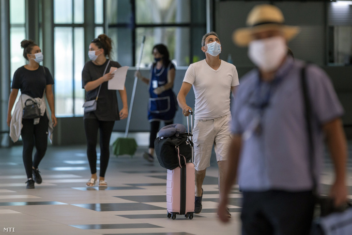 Védőmaszkos utasok a spliti nemzetközi repülőtéren 2020. augusztus 21-én.
