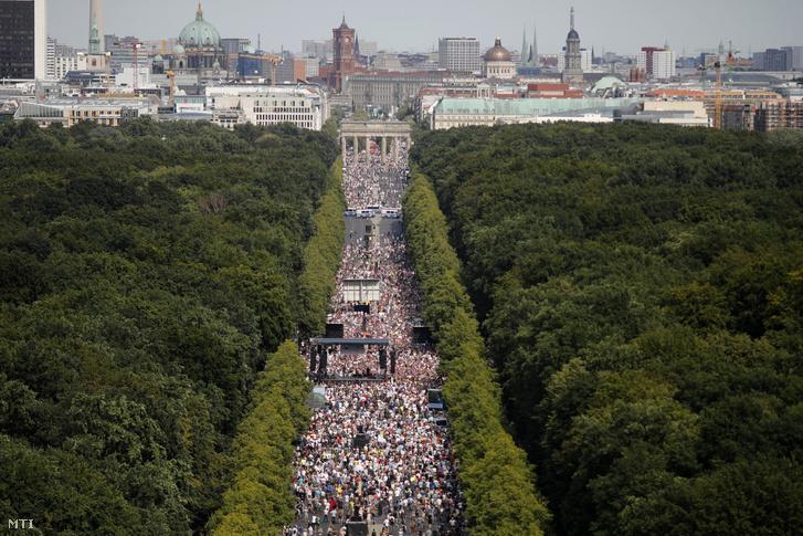 A koronavírus-járvány miatt bevezetett korlátozások ellen tüntetnek a Brandenburgi kapunál Berlinben 2020. augusztus 1-jén.