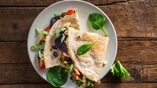 Alma-brie-rukkola quesadilla: francia–mexikói fúziós vacsora 10 perc alatt