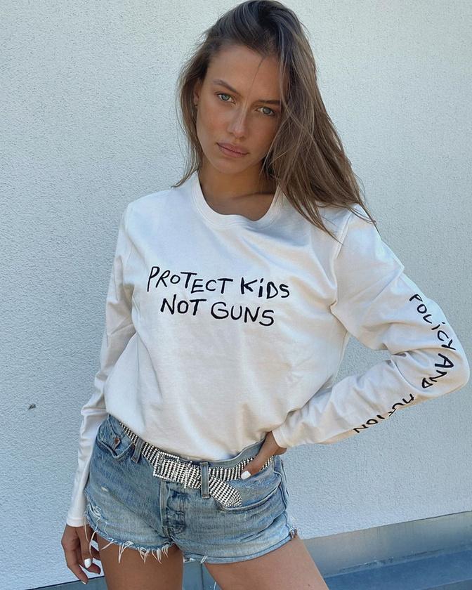 Poturalski lelkesen harcol különböző társadalmi ügyekért, ezzel a pólójával és képével az amerikaiak fegyverviselési joga ellen kardoskodott, 2017-ben pedig a gyermekpornográfia ellen emelete fel a hangját