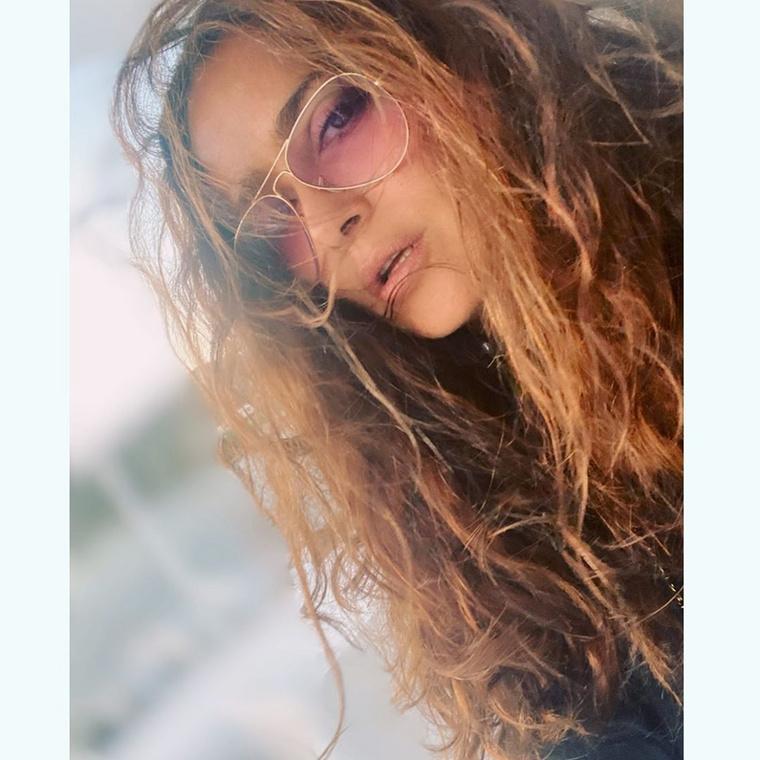 Ezt a fotót jól nézzék meg! A képen szereplő hölgy ugyanis nem Jennifer Lopez, hanem Salma Hayek.