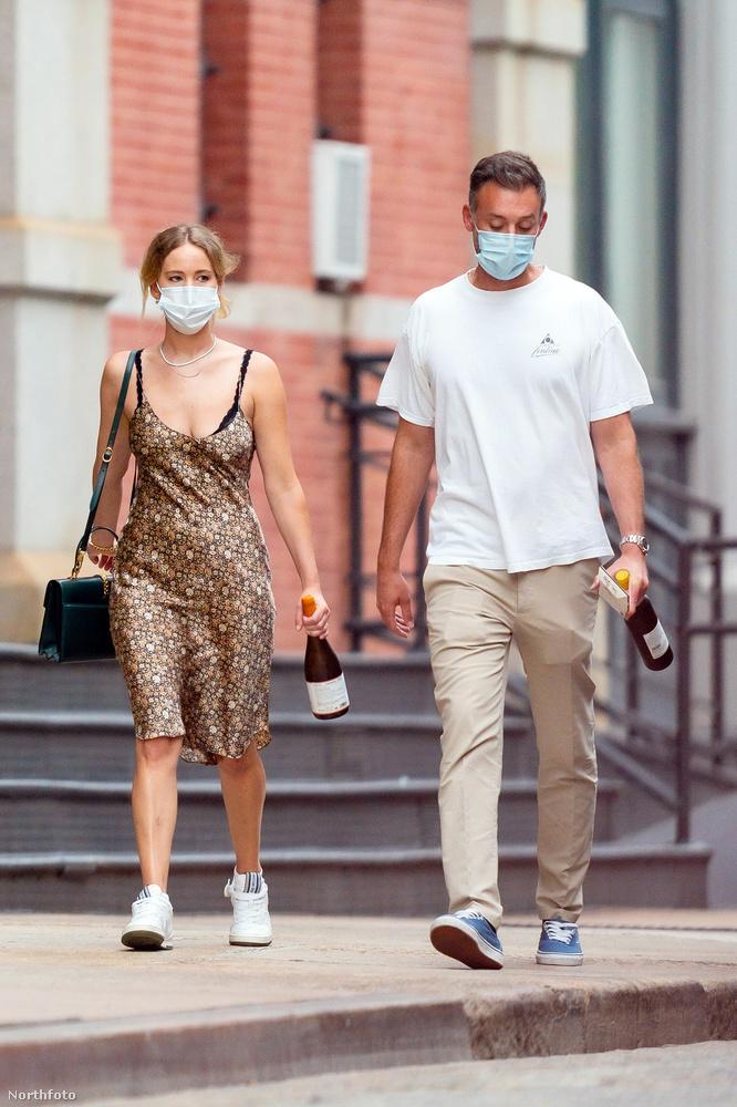 A nagyon nagyon boldog házas életet élő Jennifer Lawrence az urával sétálgatott New York utcáin, kezükben némi munícióval az estére.
