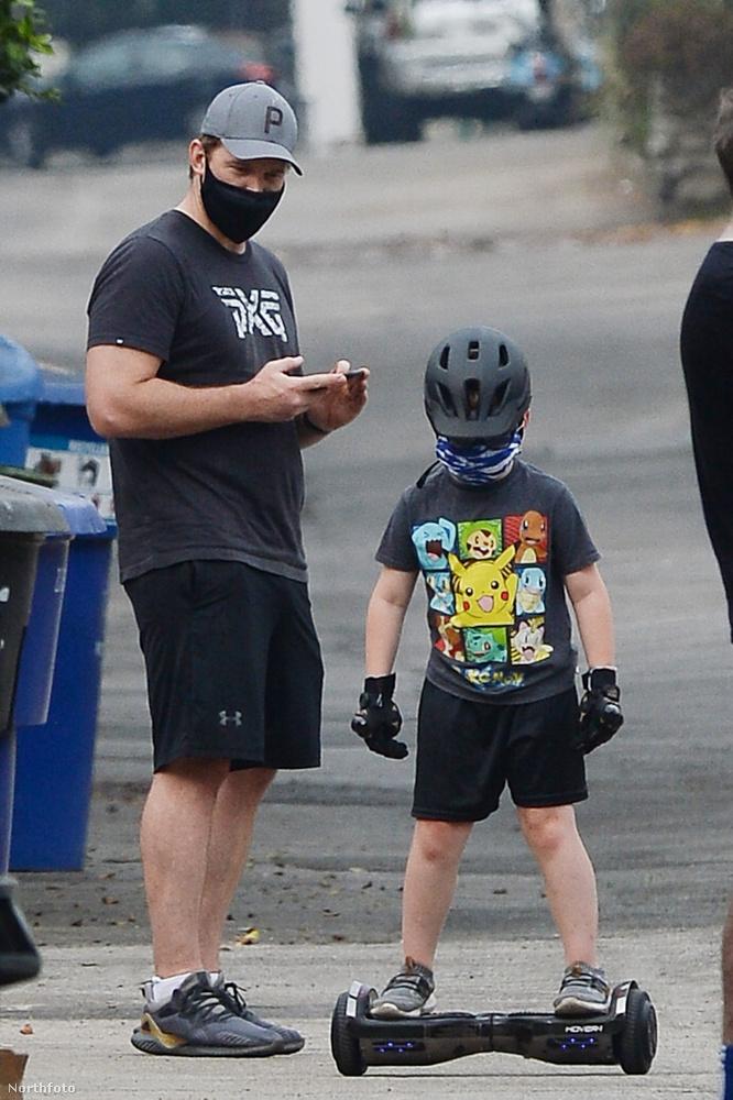 Chris Pratt és Jack apa-fia program keretein belül tanulták meg, hogyan kell hoverboradozni.