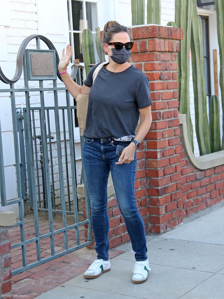 Jennifer Garner üzleti ügyben járt el nemrégiben, a bizniszt pedig valószínűleg sikerült nyélbe ütni, ha integetve üdvözölte a paparazzókat is.