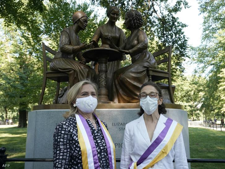 Hillary Clinton és a szobrász Meredith Bergmann az avató ünnepségen.