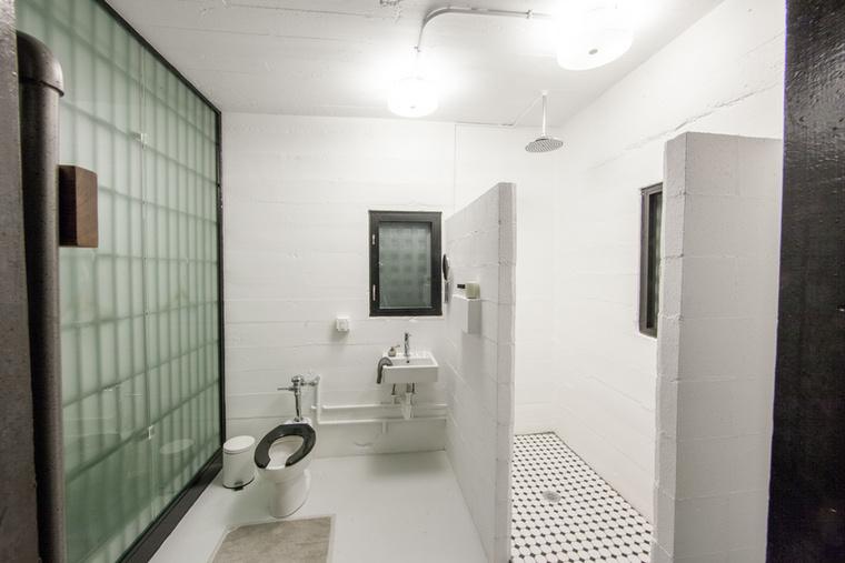 A fürdőszoba is kissé minimalista, de minden megvan benne, ami a tisztálkodáshoz és a szükségletek ellátáshoz kell - kivéve talán a magánszférát.
